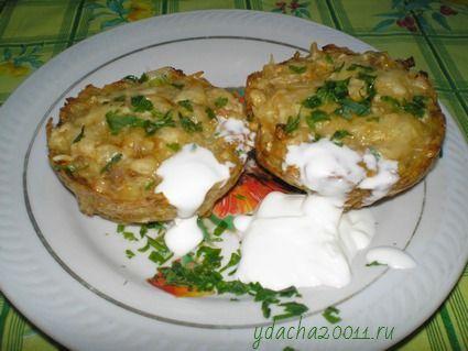 Подаем картофельные кексы со сметаной